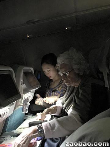 美丽空姐跪地照料患病阿婆 态度感动众多网民