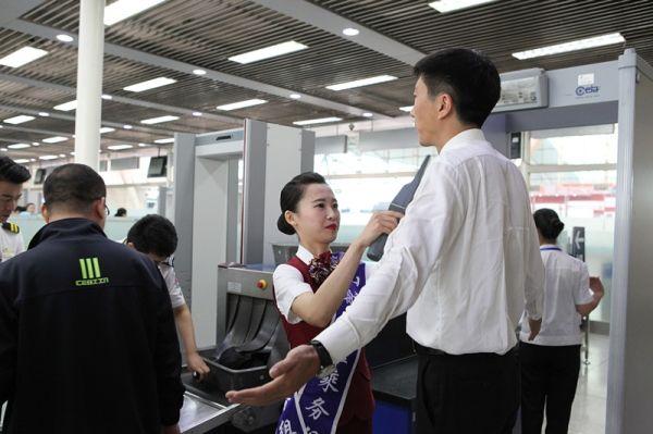 济南机场安检站来了一队空姐图片