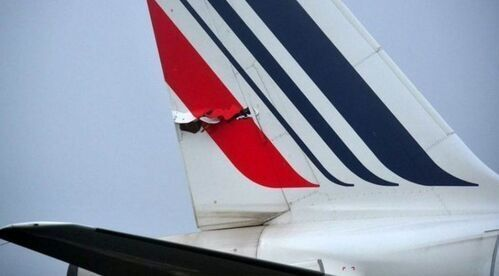 """与自家""""兄弟""""撞上 法航客机尾翼惨遭撕裂"""