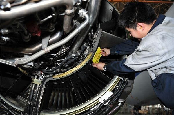 发动机上的多个放气孔