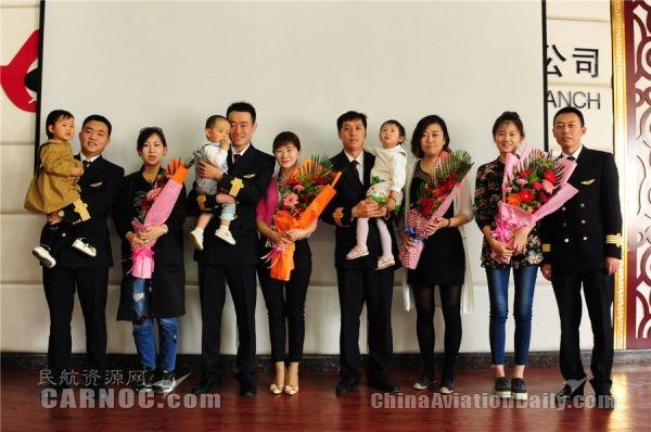 东航甘肃分公司四位新机长与她们的家属合影