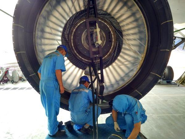 民航资源网2016年5月20日消息:波音787飞机,是世界上最先进的商用客机之一。她大量采用最先进的碳纤维复合材料作为机体结构,因而不仅强度高、抗疲劳,而且显著地减轻了重量,降低了油耗,号称梦想客机。   近期,国外某航空公司一架787飞机,因飞行中风扇叶片结冰,与风扇机匣防磨层摩擦,导致空中停车。针对该风险,厦航飞机维修工程部开展了相应的预防性改装工作,对梦想客机发动机的风扇机匣进行了打磨修复。工程师首先精确测量发动机风扇叶片间隙,通过一系列复杂算法,由计算机计算出风扇机匣的切削加工量。结