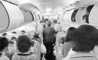 乘客飞机上丢失千元美金 空姐广播诱贼