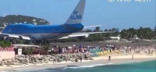 """机场奇景:飞机放个""""屁"""" 就把人崩飞啦!"""