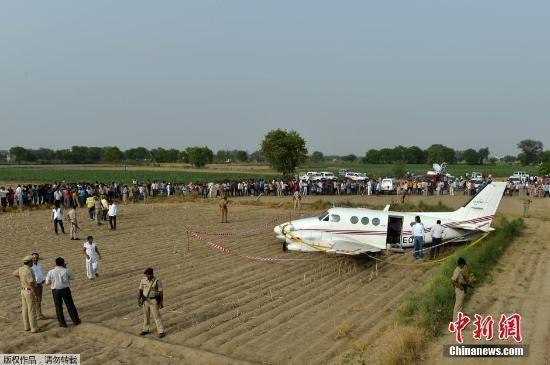 图片 印度一架救护飞机在新德里附近村落坠毁