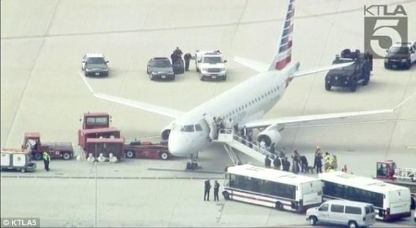天哪噜!航班降落后反恐特警在出口等着!