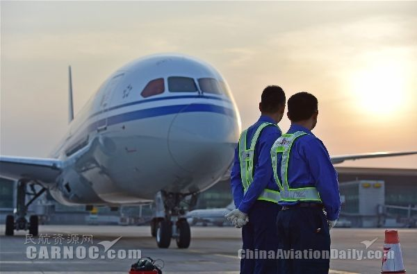 机务准备为飞机执行航线维护工作