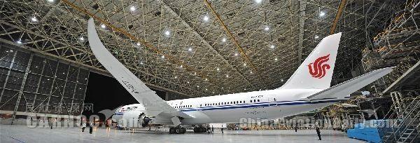 飞机拖进Ameco四机位机库