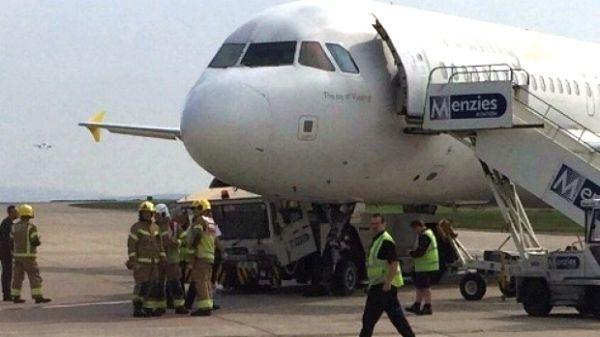 """曼彻斯特机场:拖车撞到客机""""肚子""""下"""