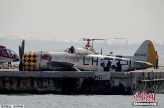 二战古董机坠毁残骸打捞出水 螺旋桨变形