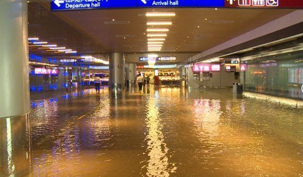 """桃园机场可""""观海"""" 断电漏水 数万乘客受困"""