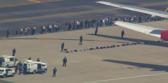 英航航班遭炸弹威胁 搜爆犬上机坪检查行李