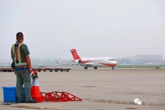 金壮龙看望ARJ21空机验证飞行机组:全力配合成都航空迎接载客飞行