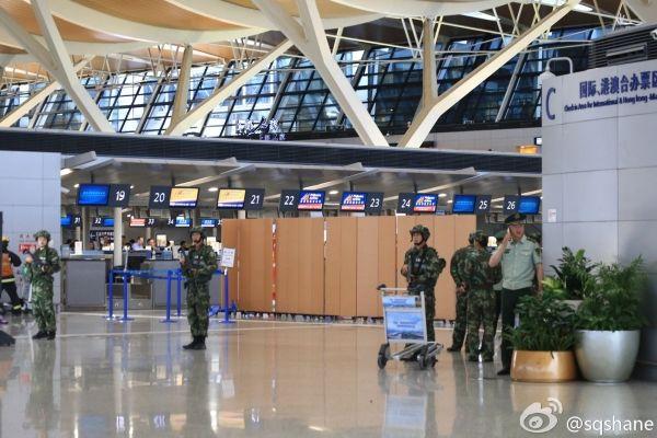 目前上海浦东武警已包围排查现场,进一步确认安全