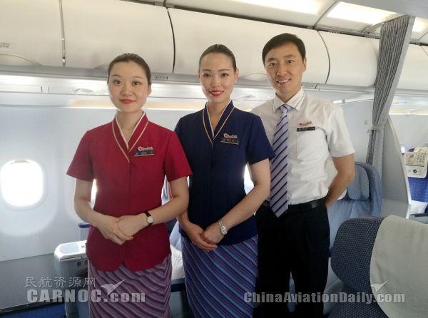 南航乘务员:佩戴英语服务标牌 服务外籍旅客