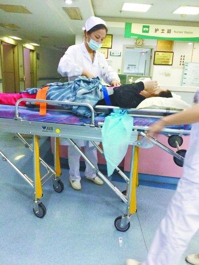孕妇下腹剧痛 航班提前降落赢救命时间