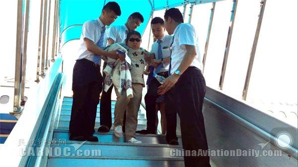 南航乘务组帮助晕厥老人。