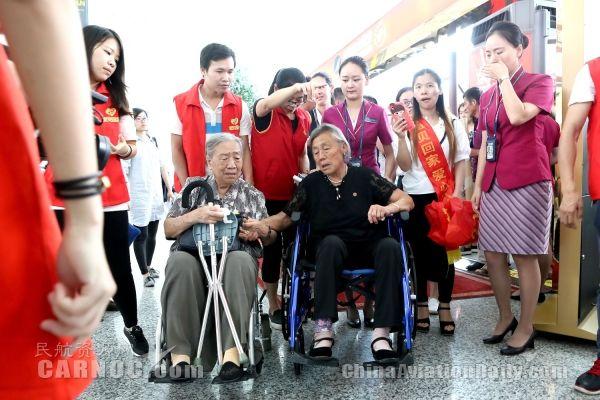 在场的人都已泪奔!离散73年姐妹机场相认