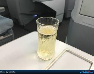 芬航的空妈们送上迎宾饮料(有三种可以选择 香槟 黑莓汁 和水)我要了香槟