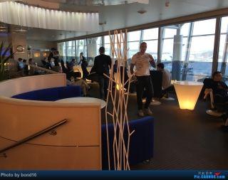 来到了芬兰航空在赫尔辛基主场的休息室 规模很大 但是人也不少
