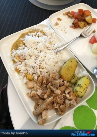 正好到了餐食供应期间 没吃饱的我 又去弄了点儿吃的 虽然主食单一 但是那个咖喱鸡配白米饭真的还挺好吃的