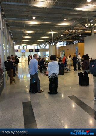 又来到了安检口 这儿的人也越来越多 终于开始登机了
