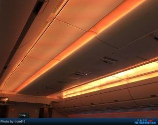 客舱顶部的灯光在不断变换