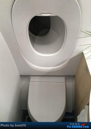 来厕所参观一下 明窗厕所 略微有点高级啊(国航这次新引进的789好像也采用了明窗厕所)