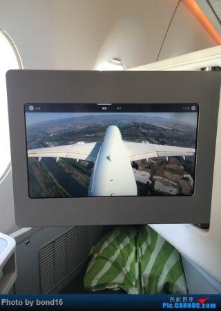 在镜头中观察飞机降落