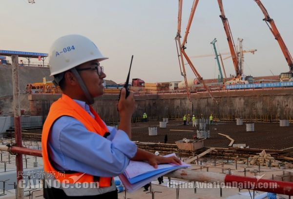 民航资源网2016年6月24日消息:6月22日下午17时58分,在两台56米汽车泵的轰鸣声中,青岛新机场工程第一块底板开始浇筑,标志着青岛新机场工程地下室结构施工全面展开。   据悉,本次浇筑位置为航站区大厅核心区域地下室负二层底板部分,由中建八局负责承建,此前已完成桩基施工、垫层、抗浮锚杆、防水层、保护层等多道工序施工。   此次底板浇筑为新机场首次大体积混凝土施工,由两台56米汽车泵不间断施工,施工时间长达20个小时,浇筑面积为1500平方米,共浇筑混凝土2300立方米。为保证施工负责质量,此次大
