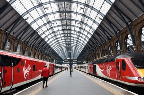 维珍(Virgin)列车即将驶离伦敦的国王十字火车站。摄影:Chris