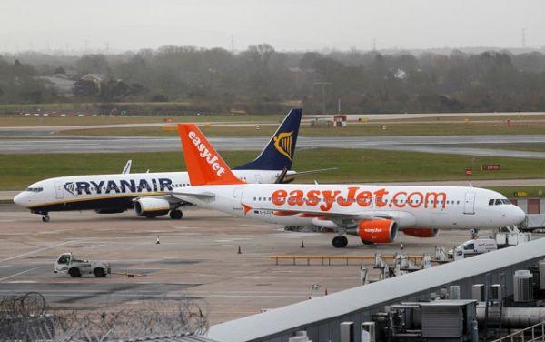 曼彻斯特机场里瑞安航空和易捷航空的飞机。摄影:Paul