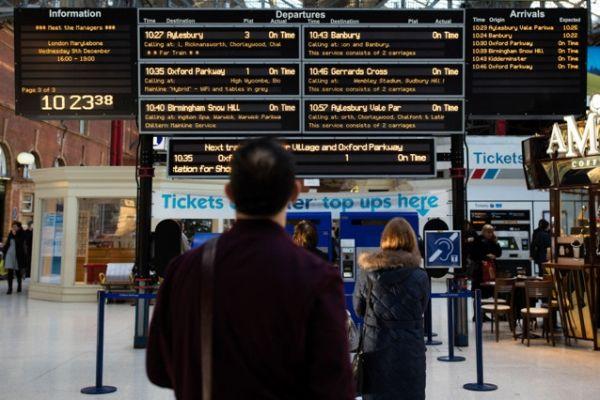 由于欧盟税费政策含糊不清,在英国国内旅行时,乘坐火车往往更为方便。摄影:Simon