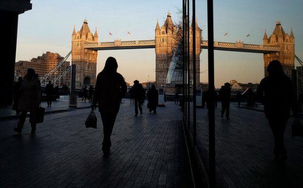 伦敦塔桥的镜像。摄影:Simon