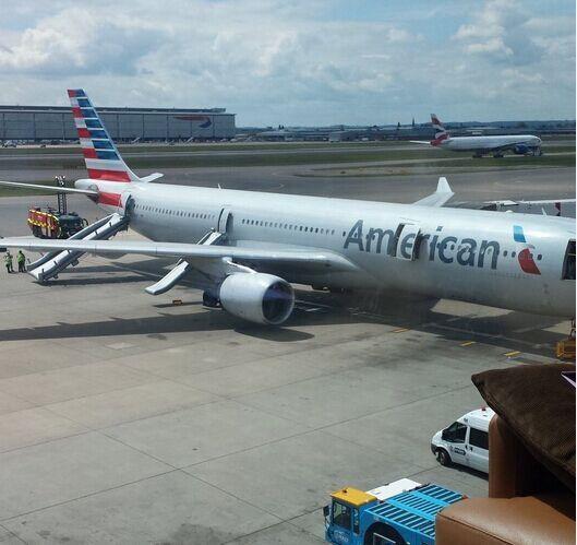 美国航空AA731航班APU冒烟 紧急疏散乘客