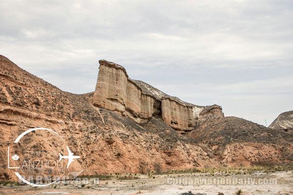 因为旅行地点的不同,来自青岛的空乘邹春彦和郑旭,没能看到广袤的沙漠
