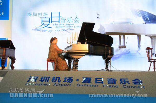 钢琴女王空降深圳机场 机场音乐会国内首创