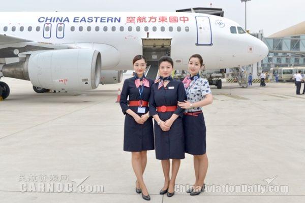 图:东航重庆—合肥—名古屋国际定期航班首航,图为首航空姐.