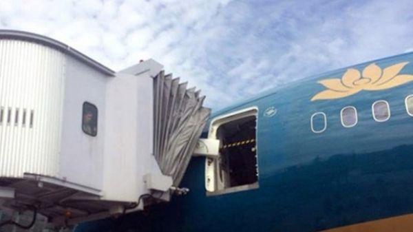 越南航空崭新787-9撞上登机廊桥