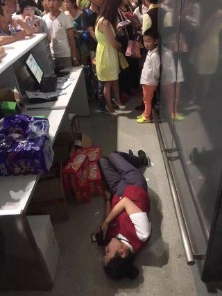 事发在南京禄口国际机场,被打的是机场的女地服人员。7月6日特大暴雨夹着雷鸣电闪袭击南京城,当日HU7754南京—深圳航段也因为天气原因取消。南京机场地面服务人员努力做着旅客的安抚和解释工作。一位女乘客情绪激动,将一名地面女服务员推倒在地。图片来自网友