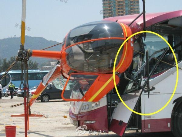 香港一架私人直升机撞向旧启德机场停车场的一辆旅游