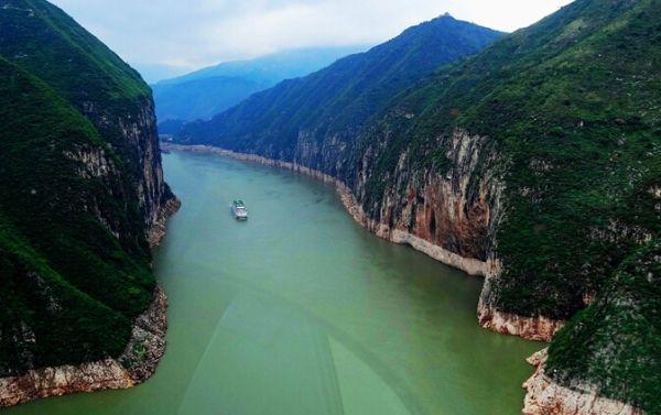 """""""空中游三峡""""直升机抵宜 能载7人高度达3千米"""
