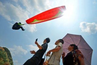 湖南最大滑翔伞精英赛举行 百米高空激烈角逐
