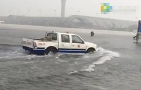 【视频】成都机场开启划船模式……