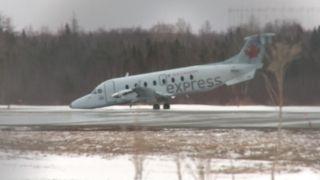 加拿大飞机重着陆 起落架坍塌机头贴地