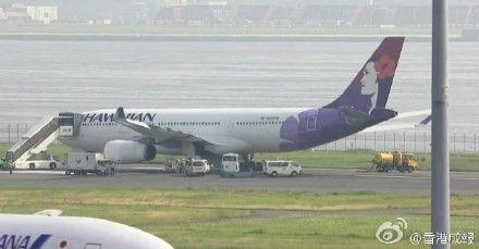 油压故障客机紧急返航 降落时8个轮胎爆胎