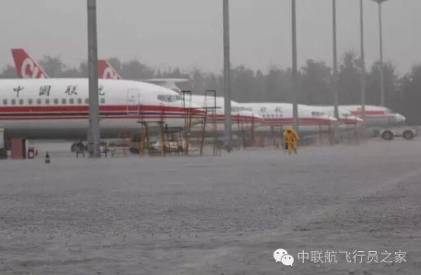 大雨中的机长,是这样检查飞机的……