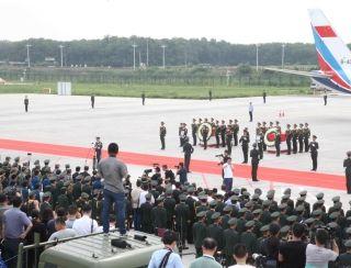 郑州机场全力保障运送维和牺牲烈士和伤员专机