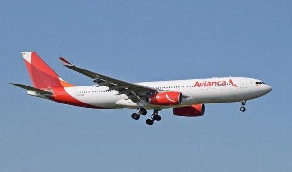 哥伦比亚客机起飞时冲出跑道 跑道灯被撞坏