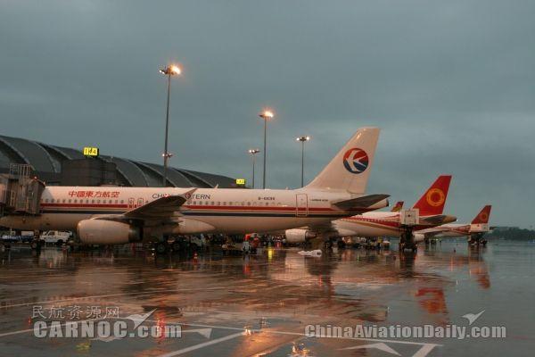 成都凌晨暴雨 双流机场68班延误5000人滞留